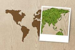 Van de fotoeco van het frame de wereldkaart op houten textuur Stock Fotografie