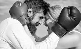 Van de gezinslevengeluk en relatie problemen Verzoening en compromis Strijd voor uw geluk Mensenbaard en meisje stock afbeeldingen
