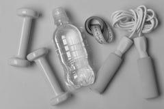 Van de gezondheidsregime en geschiktheid symbolen Springtouw, water, maatregelenband royalty-vrije stock afbeeldingen