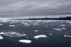 Van de gletsjersbergen van Groenland de oceaanhemel Stock Afbeeldingen