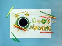 Van de goedemorgenkoffie en wekker concept Kop van koffie met hand getrokken wekker Stock Fotografie
