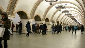 Van de Golden Gate (Zoloti Vorota) metro de post in Kiev, de Oekraïne, stock footage