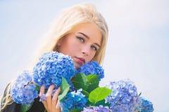 Van de de greephydrangea hortensia van het meisjes teder blonde de bloemenboeket De lentebloei Natuurlijk schoonheidsconcept Huid stock afbeeldingen