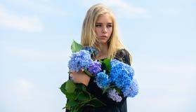 Van de de greephydrangea hortensia van het meisjes teder blonde de bloemenboeket Natuurlijk schoonheidsconcept Huidzorg en schoon royalty-vrije stock fotografie