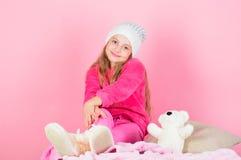 Van de de greepteddybeer van het kind klein meisje speels de pluchestuk speelgoed Unieke gehechtheid aan gevulde dieren Spel van  royalty-vrije stock afbeelding
