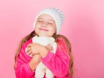 Van de de greepteddybeer van het kind klein meisje speels de pluchestuk speelgoed Unieke gehechtheid aan gevulde dieren De teddyb royalty-vrije stock foto