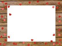Van de groetkaart of foto het kader en de valentijnskaartendag voelden stuk speelgoed hart over houten achtergrond Rood nam toe Stock Afbeelding