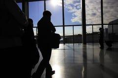 Van de handelsreiziger in bezige luchthaven Royalty-vrije Stock Afbeeldingen
