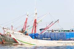 Van de havenschip en boot dokken in Djakarta stock foto's