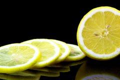 Van de helft van citroen op een zwarte achtergrond Stock Afbeelding