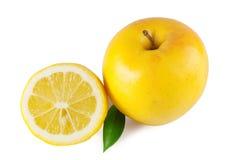 Van de helft van citroen en een appel Stock Afbeeldingen