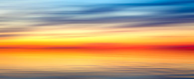 Van de het achtergrond onduidelijke beeldtextuur van Nice helder rood geel blauw abstract panoramalandschap met zonsondergangmeer Royalty-vrije Stock Foto's