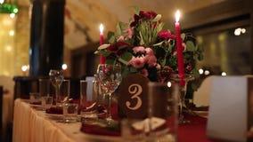 Van de het banketzaal van het Kerstmishuwelijk de binnenlandse details die met decorandlijst bij restaurant plaatsen Wintertijdde stock footage