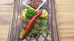 Van de van het van het barbecue plantaardige roodgloeiende peper, kruid, graan en tomatensaus samenstelling De geroosterde samens stock video