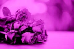 Van de het boeketfilter van de rozenbloem het de kleurenroze nam valentijnskaartendag op de achtergrond van de lijstaard voor min royalty-vrije stock fotografie