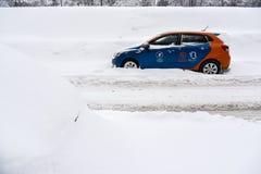 Van de het carsharingsdienst van Moskou snow-covered auto Stock Foto
