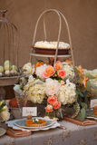 Van de het decorlijst van het huwelijk het plaatsen en de bloemen royalty-vrije stock afbeelding