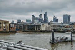 Van de het districtshorizon van Londen de financiële Vierkante Mijl, Engeland, het UK - selectieve nadruk op voorgrondduif Royalty-vrije Stock Afbeeldingen