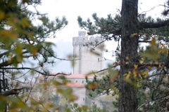 Van de het dorpsmening van Branikslovenië het kasteel Rihenberk Kras van het gebied van Gorica Karst Primorska Stock Foto