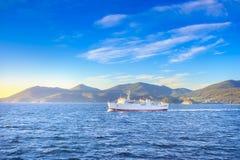 Van de het eilandochtend van Elba de mening en de veerboot Middellandse Zee ital royalty-vrije stock foto