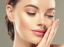 Van de het flard kosmetische vrouwelijke vrouw van het oogmasker het gezichts gezonde huid royalty-vrije stock afbeeldingen