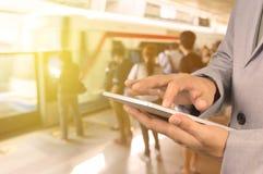 Van de het gebruiks het Draadloze Tablet van zakenmanHand Apparaat van PC in Spoorweg Statio Stock Foto