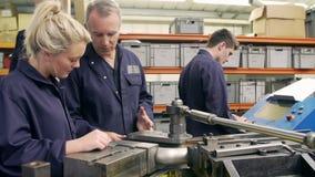 Van de het Gebruiksbuis van ingenieursteaching apprentices to de Buigende Machine stock footage