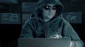 Van de het gebruikscel van de hakkermens de telefoonsmartphone De donkere nachthakker krijgt bericht door celtelefoon Bevel telef stock videobeelden