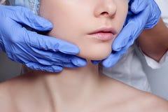Van de het gezichtschirurgie van de schoonheidsvrouw het dichte omhooggaande portret Stock Afbeeldingen