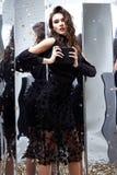 Van de het haarmake-up van de schoonheidsvrouw de donkerbruine krullende zwarte van de het gezichtsslijtage kosmetische Royalty-vrije Stock Foto's