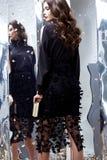 Van de het haarmake-up van de schoonheidsvrouw de donkerbruine krullende zwarte van de het gezichtsslijtage kosmetische Royalty-vrije Stock Foto