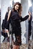 Van de het haarmake-up van de schoonheidsvrouw de donkerbruine krullende zwarte van de het gezichtsslijtage kosmetische Stock Foto's