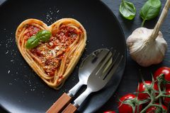 Van de het hartliefde van spaghettideegwaren van het het voedseldieet het Italiaanse abstracte concept op zwarte achtergrond Royalty-vrije Stock Foto