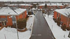 Van de het huisarchitectuur van de hommel hoge hoogte sneeuw behandelde h van de het toerismereis de wintersneeuw stock videobeelden