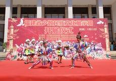 Van de het huwelijksdouane van de Gaoshannationaliteit gyroscopisch de dansspel Royalty-vrije Stock Afbeeldingen