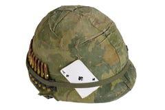 Van de het Legerhelm van de V.S. de oorlogsperiode van Vietnam met camouflagedekking en de riem en de amulet van munitie de aas v royalty-vrije stock afbeelding