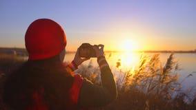 Van de het meisjesreiziger van de toeristentiener de vrouwelijke fotograaf die, meisje die foto van strandmeer maken fotograferen stock footage