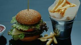 Van de het menuhamburger van het snel voedselrestaurant de gebraden gerechtensaus stock videobeelden
