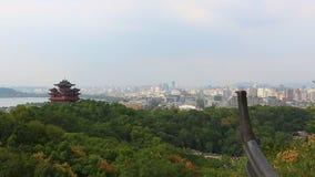 Van de het Paviljoen moderne stad van de stadsgod de horizon en het bureaugebouwen in Hangzhou stock videobeelden