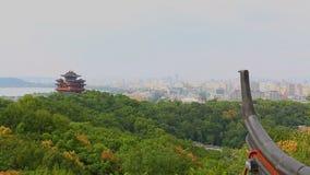 Van de het Paviljoen moderne stad van de stadsgod de horizon en het bureaugebouwen in Hangzhou stock footage