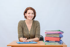 Van de het personeelsglimlach van het meisjesbureau de holdingsdocumenten in een omslag Stock Foto's