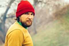 Van de het portretbaard van de mensenreiziger het gezicht en de hoed alleen in bos Stock Afbeeldingen