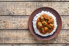 Van de het Rundvlees kruidig langzaam kok van Madras boter het lamsvoedsel met rijst in kleischotel Stock Foto