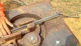 Van de het Staalbar van het bouwvakkergebruik de Buigende Machine bereid staal voor de positie van centrumpijler voor stock footage