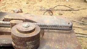 Van de het Staalbar van het bouwvakkergebruik de Buigende Machine bereid staal voor de positie van centrumpijler voor stock video