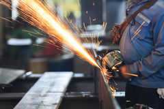 Van de het staalplaat van de arbeidersvoorbereiding de malende machine met de hand Stock Fotografie