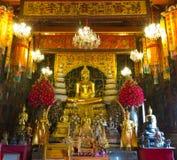 Van de het standbeeld het gouden kleur van beeldhouwwerkboedha volledige lichaam Royalty-vrije Stock Afbeeldingen