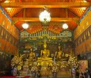 Van de het standbeeld het gouden kleur van beeldhouwwerkboedha volledige lichaam Royalty-vrije Stock Fotografie