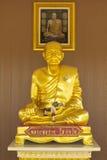 Van de het standbeeld zit het gouden kleur van beeldhouwwerkboedha volledige lichaam model Stock Afbeeldingen