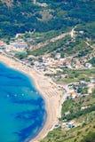 Van de het strandkustlijn van Korfu de mening van het de vogelsoog Typisch zandstrand Stock Afbeeldingen